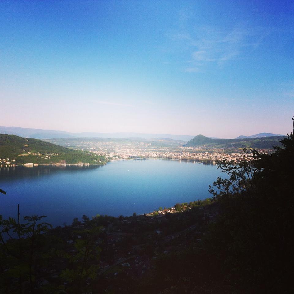 Le lac d'Annecy en allant grimper aux grandes suites