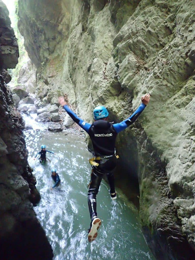 Le nouveau stage Multi Activités à Annecy pour les ados Escalade - Canyoning - Via Ferrata Ca saute au canyon de Montmin