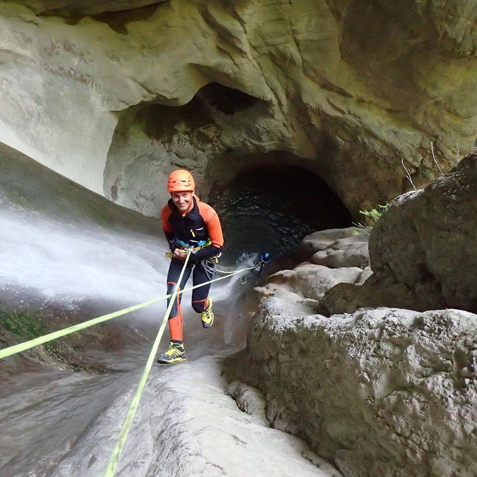 Benjamin dans la grande cascade d'Angon