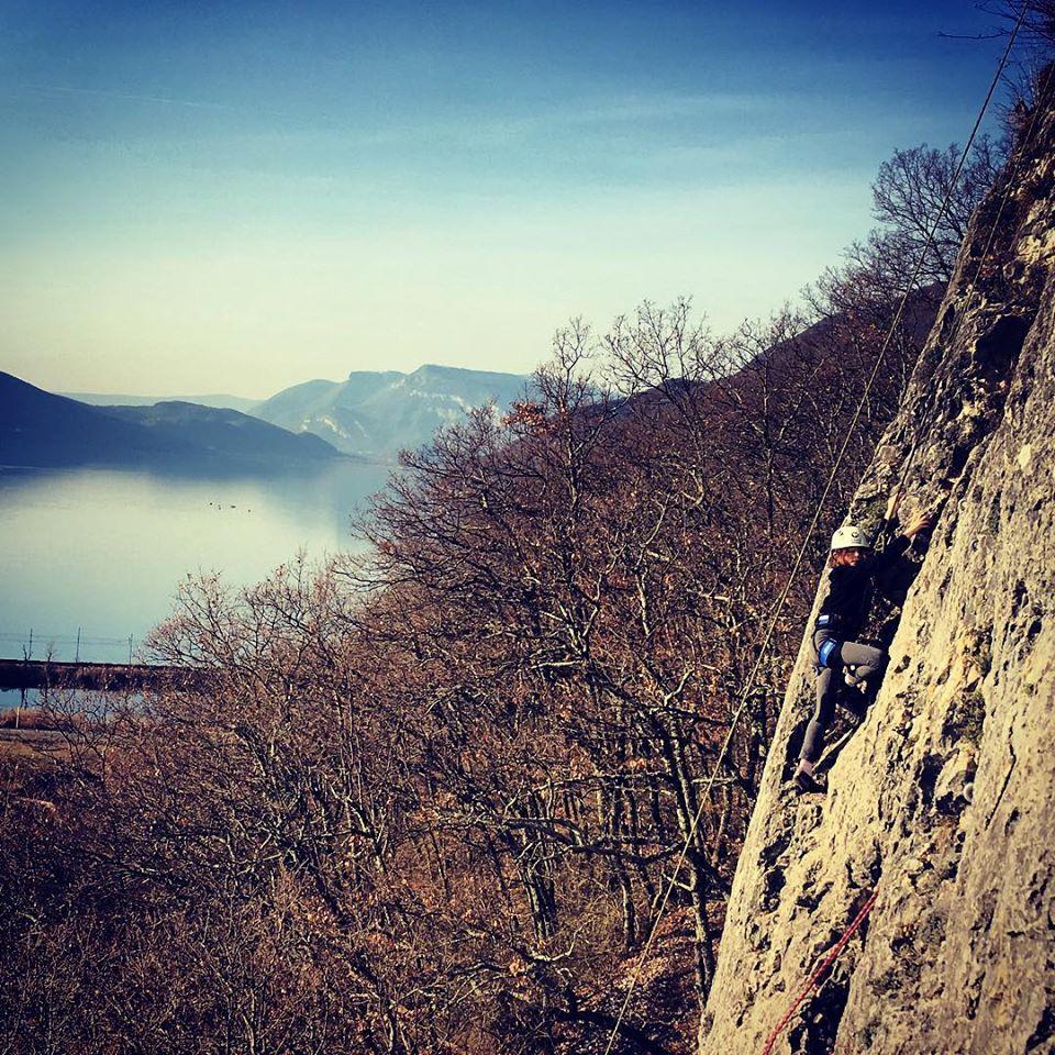 Nalia grimpe au dessus du lac du Bourget