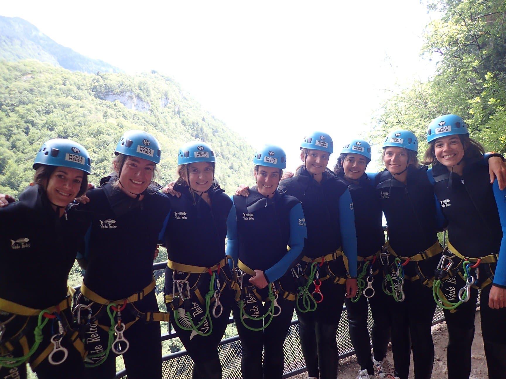 Les filles se lancent dans le canyon d'Angon en partant de la passerelle