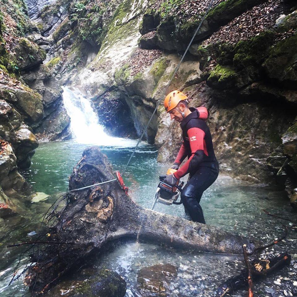 Pascal sort la tronçoneuse pour dégager un arbre du canyon
