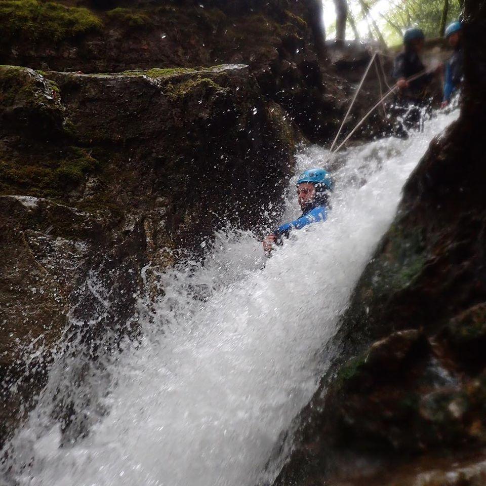 Un rappel bien arrosé dans le canyon d'Angon