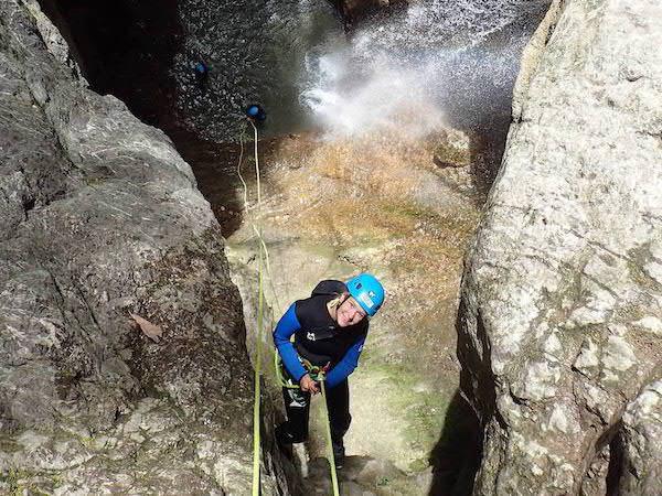 canyoning-cascade-angon-descente-en-rappel